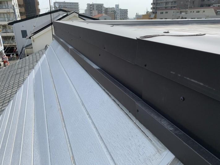 屋根修繕で隙間が発生した部分をすべて覆う板金取付完了