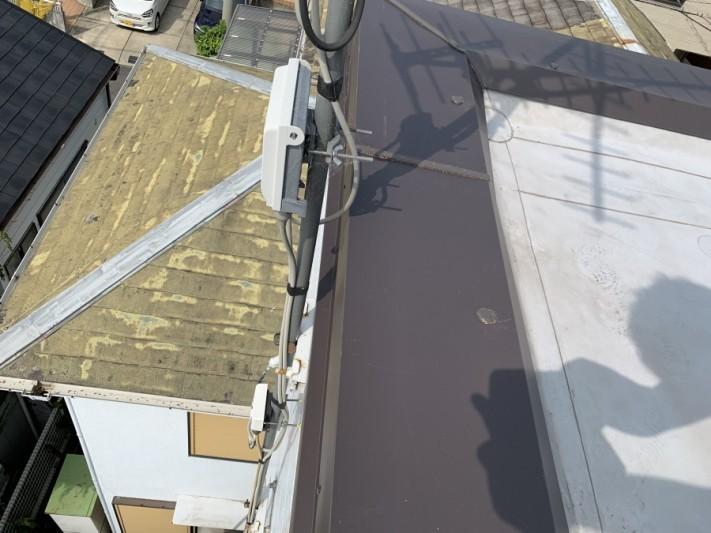 屋根修繕で板金の継ぎ目、ビス頭をコーキングします。