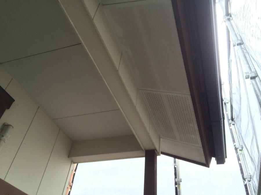 壁、軒天の汚れを落とす、高圧洗浄を行う前