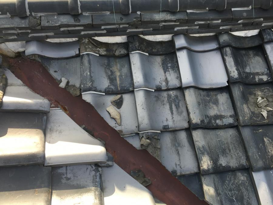 谷板金まわりの様子 瓦表面の剥がれ等が見受けられました