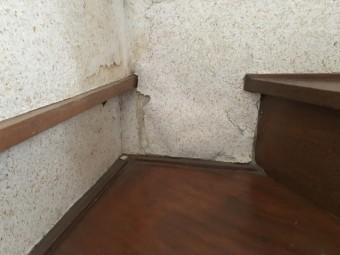 のし瓦がなくなっていた真裏に当たる内壁には、雨が入り込んで壁紙が浮いていました。