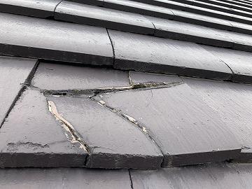 屋根修繕前のセメント瓦 割れ