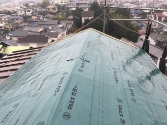 野地板を張り、防水シートで屋根全面を覆います