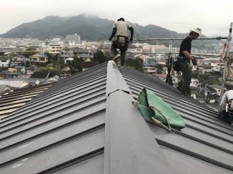 立平を葺き、棟を取り付けていきます。