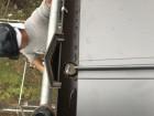 足場を上る板金職人