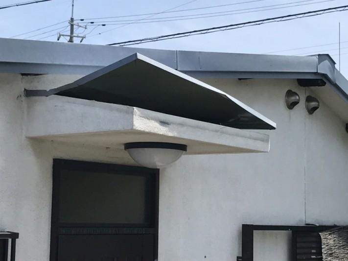 庇の板金屋根の捲れ
