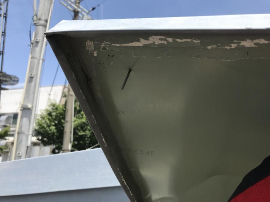 庇は両端1点づつ釘で留められていただけなので、強風でめくれるのも納得です。
