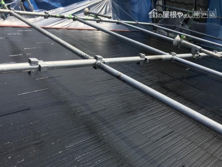 屋根中塗り後の艶