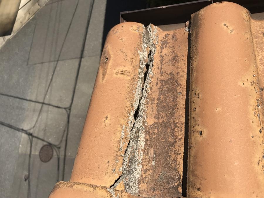 破風板の抜けている場所の真上の瓦の割れ