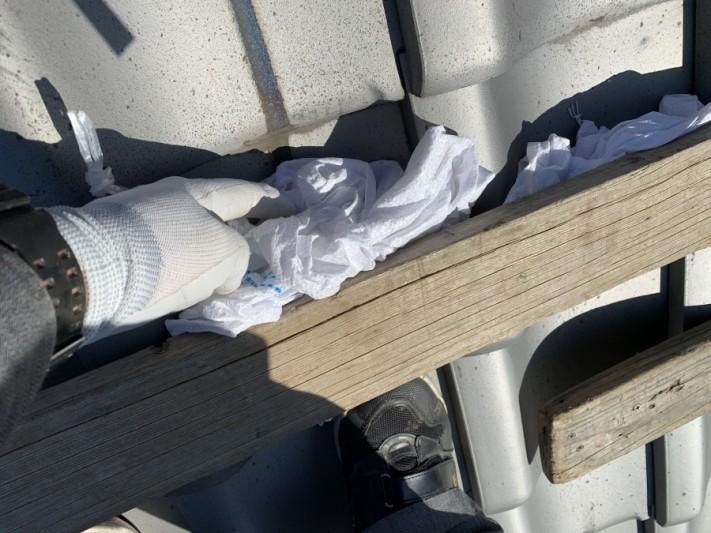 屋根足場の下に土嚢を挟み込みます。