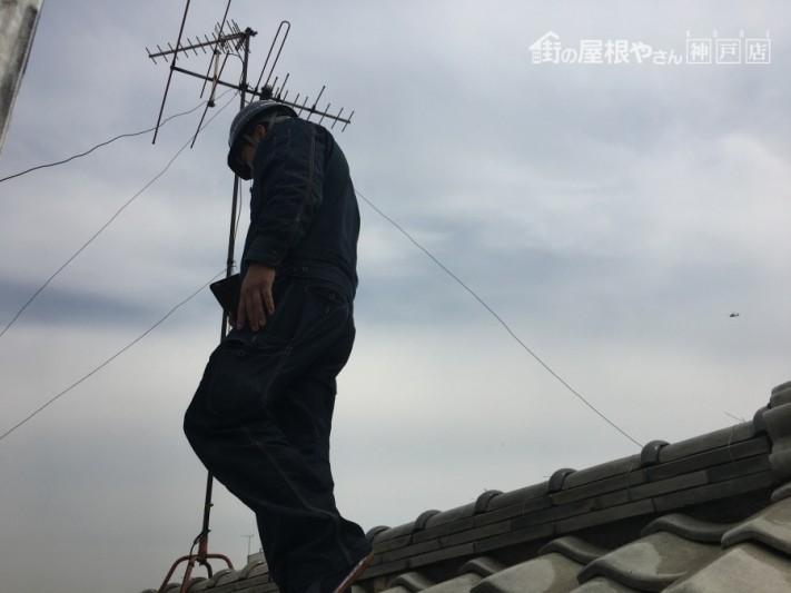 屋根調査中の松本和也