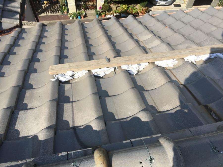 漆喰詰め直し工事で屋根足場に土嚢袋と詰めます。