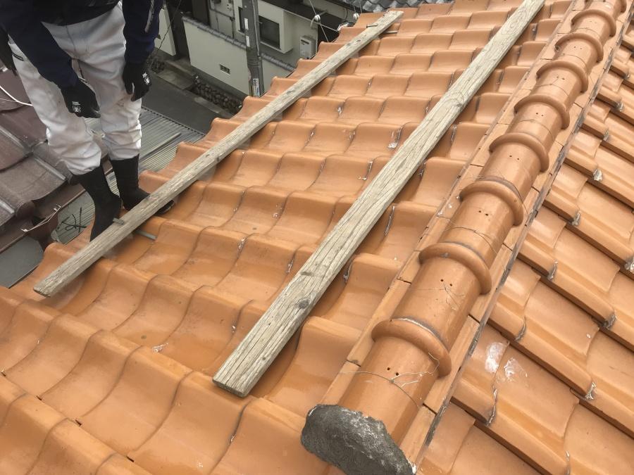 雨漏りで瓦屋根修理 屋根に足場を架設