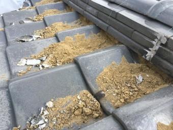 漆喰とともに葺き土の面を調整します。