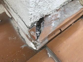 この瓦の隙間を板金で覆います。