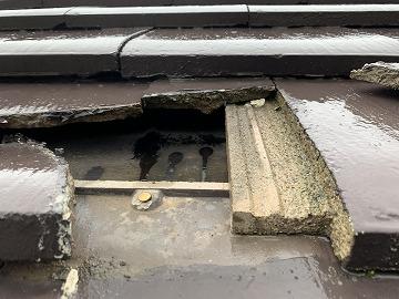 屋根修繕前はセメント瓦の割れから雨水が入り込んでいます。