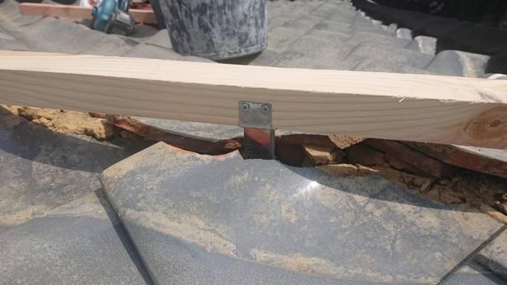 強力棟金具に垂木をビス止め致します。