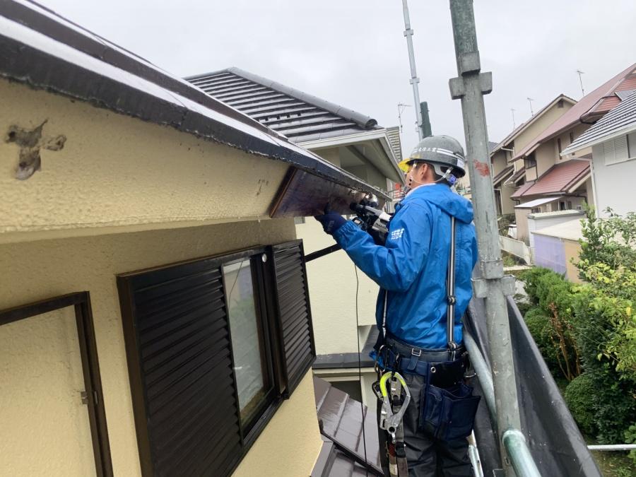雨樋の修理作業中