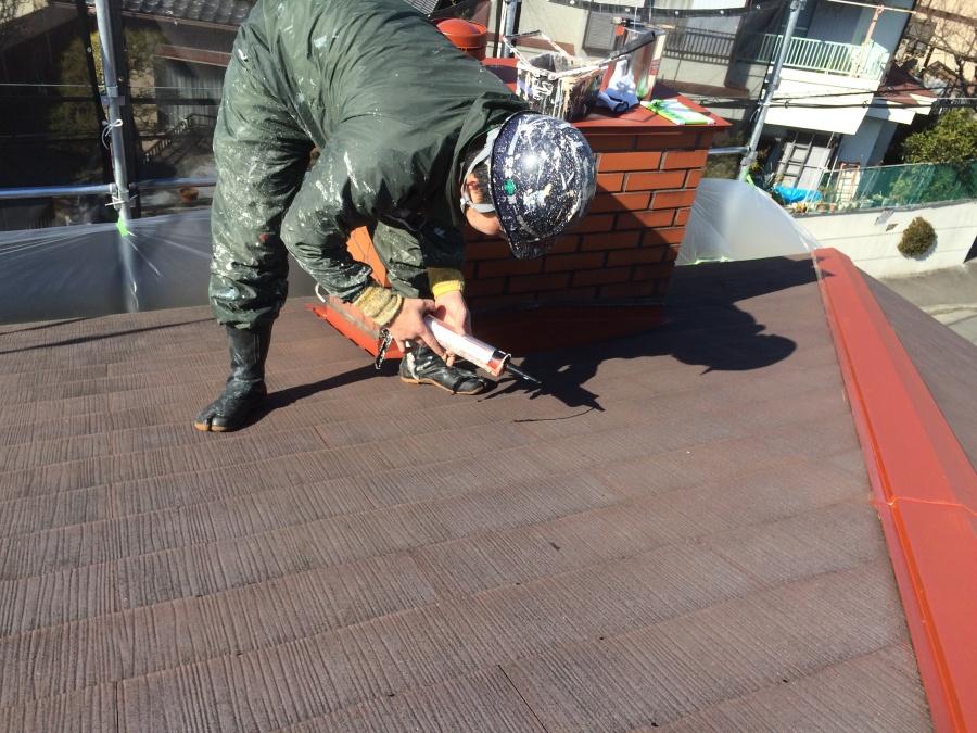 スレート屋根の割れ変性コーキングで修理補修しています