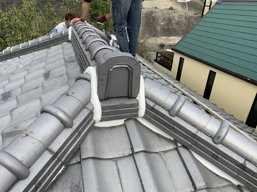 神戸市兵庫区 瓦屋根の漆喰詰め替えの着工を行います