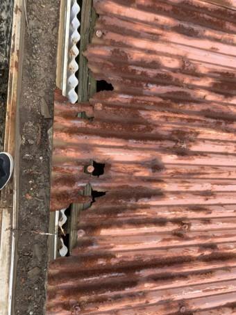 神戸市垂水区 トタン波板のサビによる穴あき