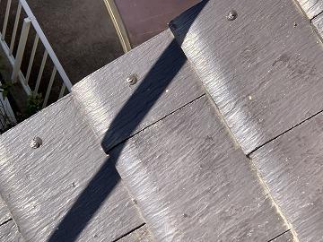 屋根修繕で玉付したコーキングを押さえて密着させる