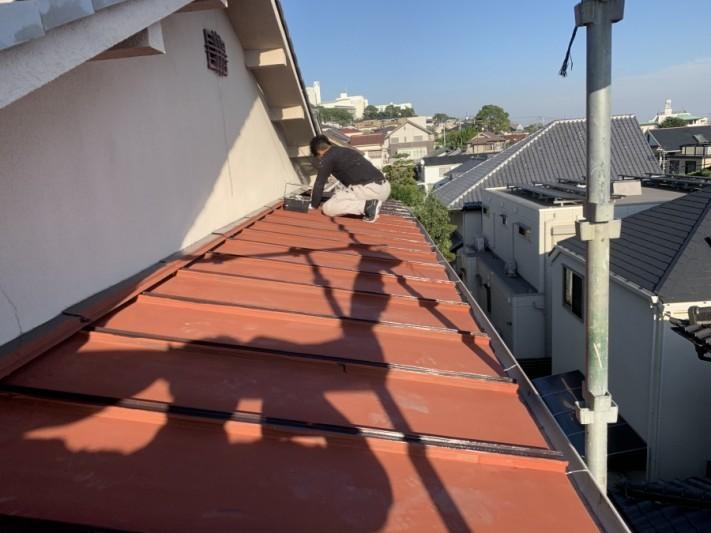 神戸市東灘区 錆びた板金屋根を塗装します。 サビ止め塗布完了