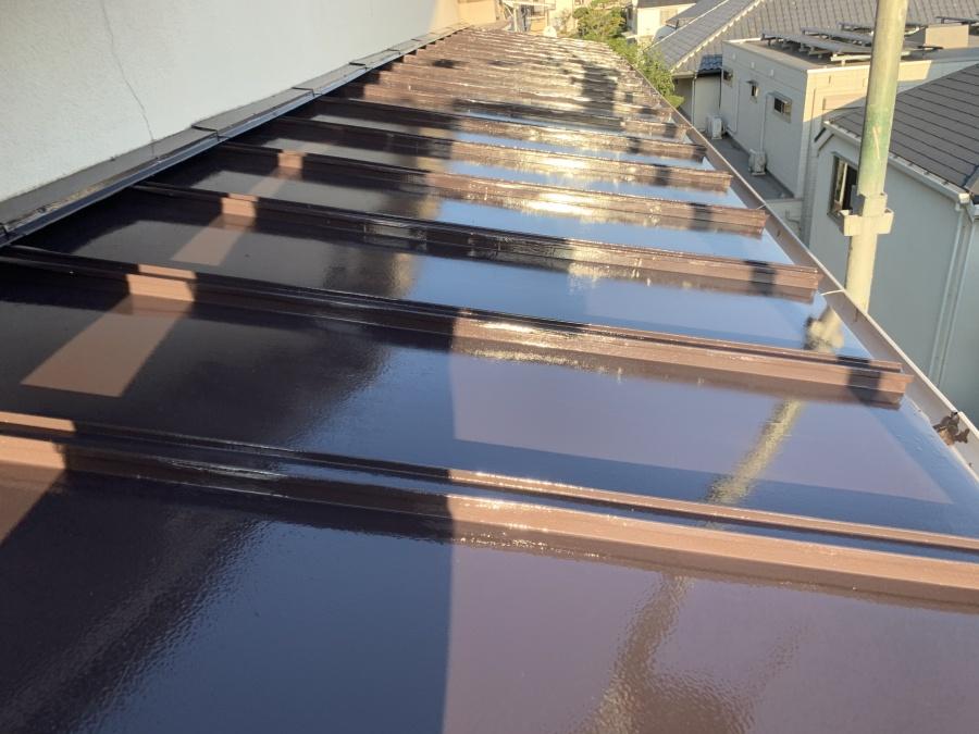 錆びた板金屋根を塗装します。 上塗り一回目完了