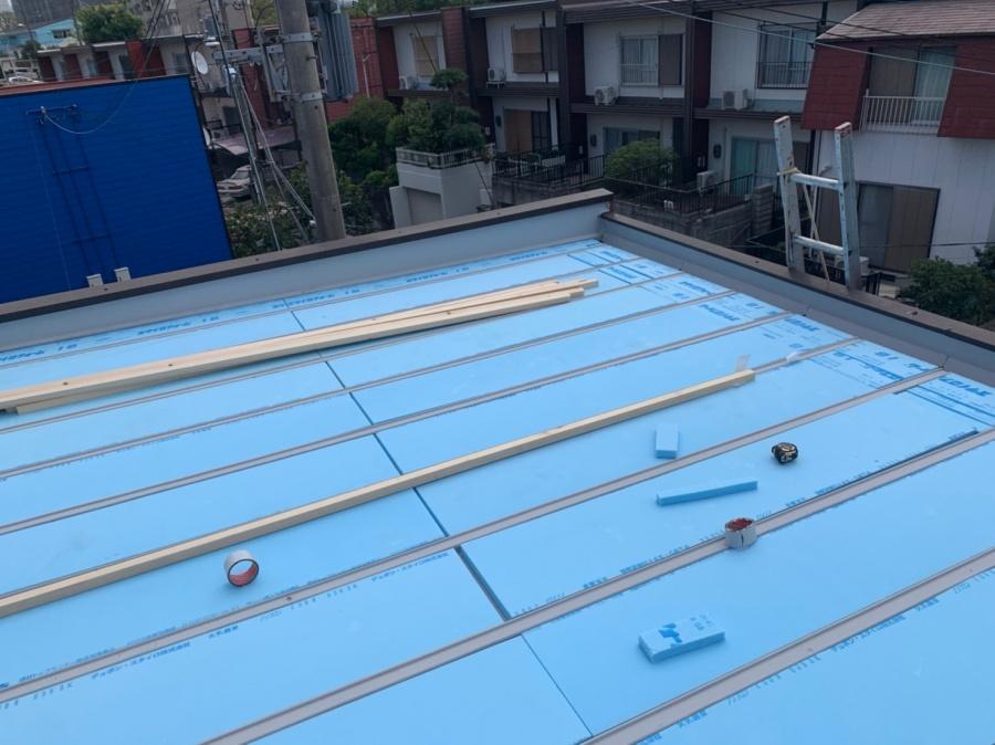 屋根工事時にスタイロ断熱材敷き込み
