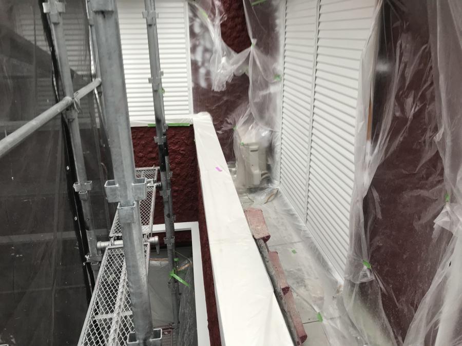 神戸市北区 外壁塗装工事、鉄部の上塗りを掛けていきます。
