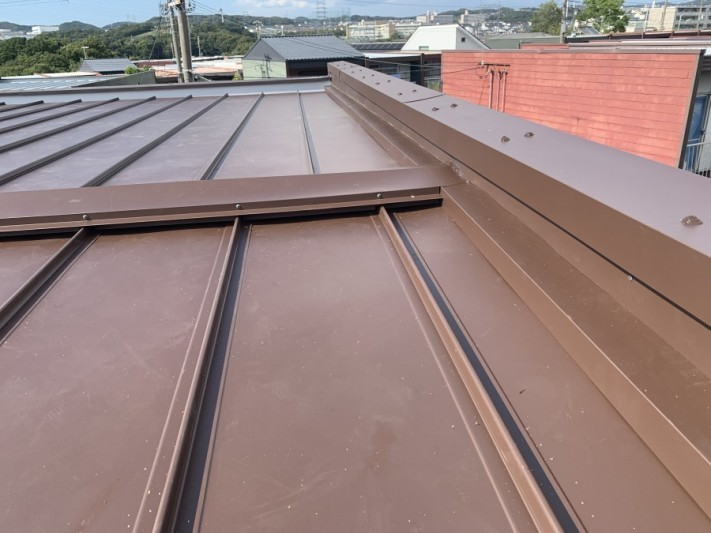 屋根工事後の立平葺き屋根 笠木取付