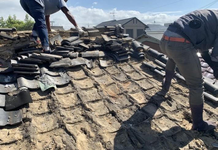 燻瓦葺きの屋根瓦の捲り