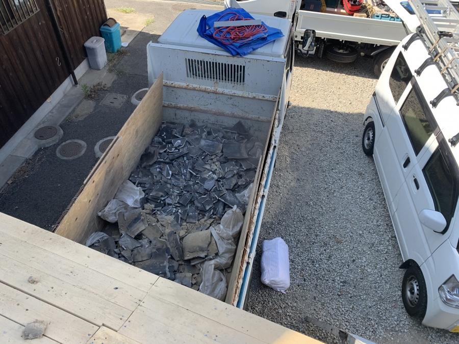 葺き替え工事瓦と土はすべて廃材になります。