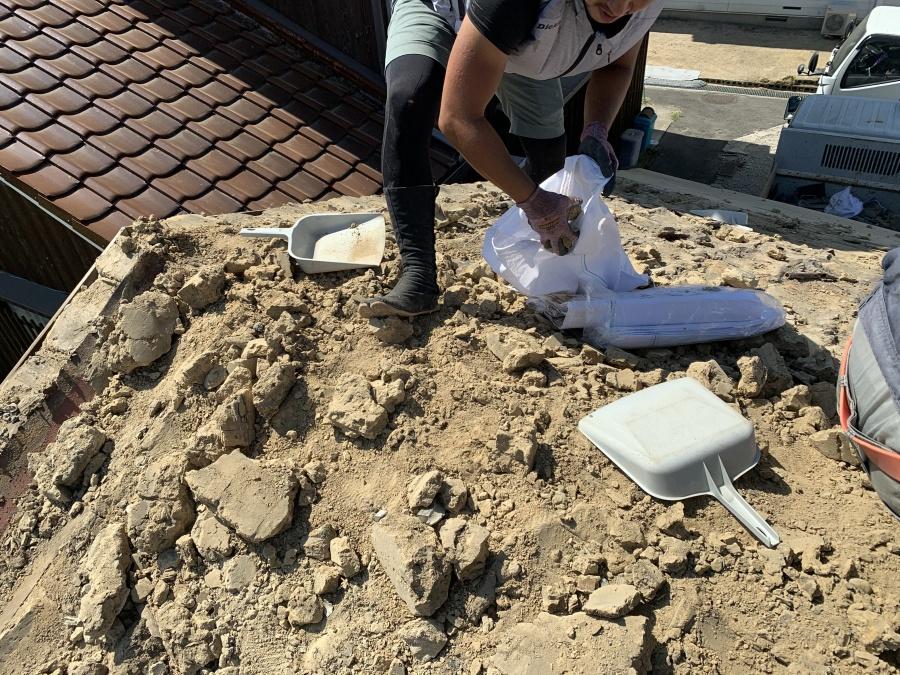 屋根の葺き土の清掃