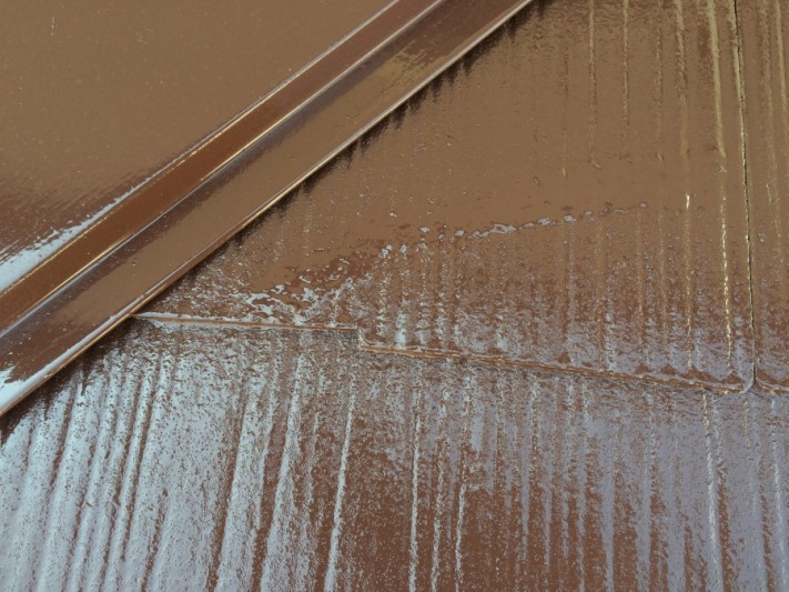 スレートの割れそうな箇所は、変性コーキングで補修の後塗りあげていきます。