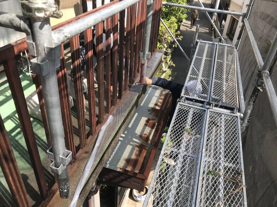 神戸市長田区 ベランダ手摺塗装工事着工。鉄製の手摺をウレタンで塗ります。