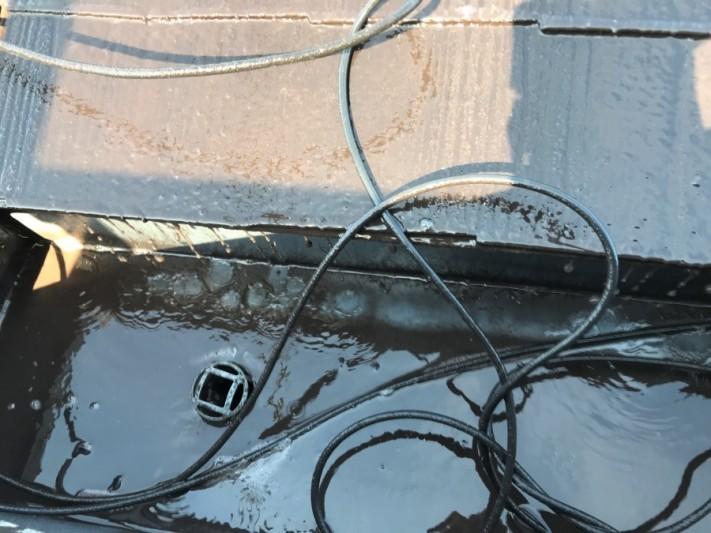 屋根の汚れや、苔のカスによりドロドロに汚れた水が排出されていきます。