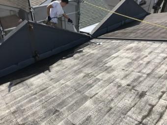 洗浄後乾いた屋根面です。屋根材の素地が見えており、屋根材の塗装面はかなり傷んでいた状態です。