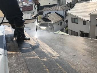 カラーベスト屋根表面の苔などの汚れを洗浄していきます。