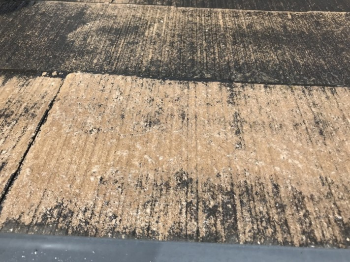 洗浄後 屋根材の表面。屋根材の素地が完全に出てきています。