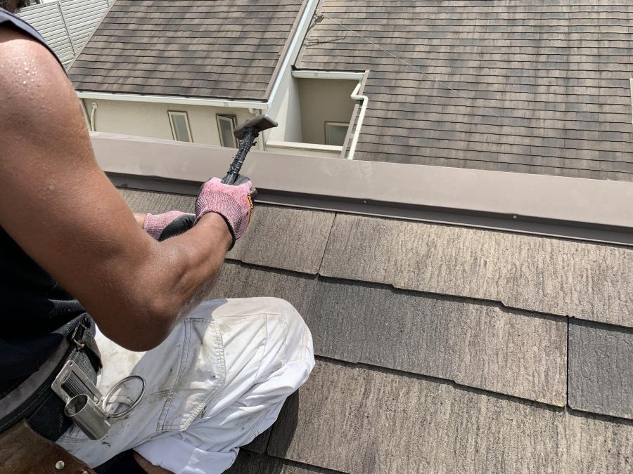 屋根リフォーム時の棟板金固定釘の撤去