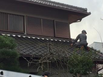 瓦屋根に実際に上がり現地調査