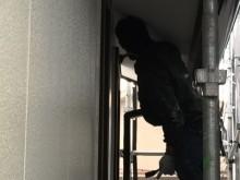 窓の木部等細かいところは刷毛で塗装します