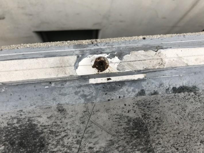 端部の押さえ材を撤去していきます