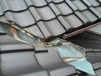 瓦屋根谷板金の劣化と漆喰の剥がれ