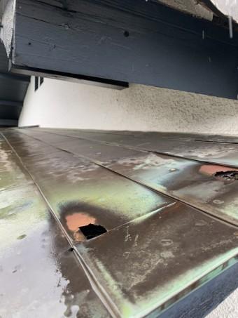 神戸市東灘区 雨漏りにより朽ちた庇屋根の組み直し工事 着工前庇銅板金屋根の穴あき