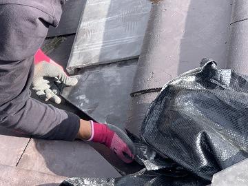 屋根修繕時に谷廻りのカットした瓦を差替え
