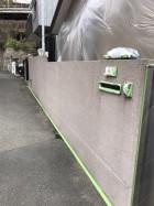 塗装前塀の養生を行います。