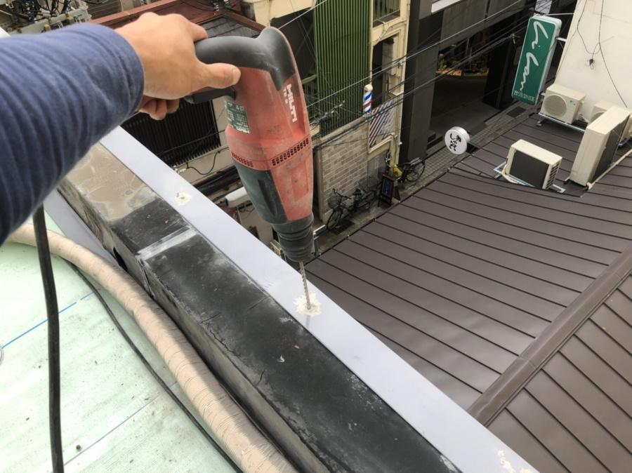 屋上防水工事で天端UP-4型取付
