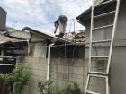 屋根作業中の職人